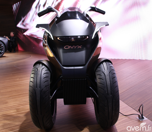 peugeot onyx scooter un concept de trois roues hybride rechargeable au mondial. Black Bedroom Furniture Sets. Home Design Ideas